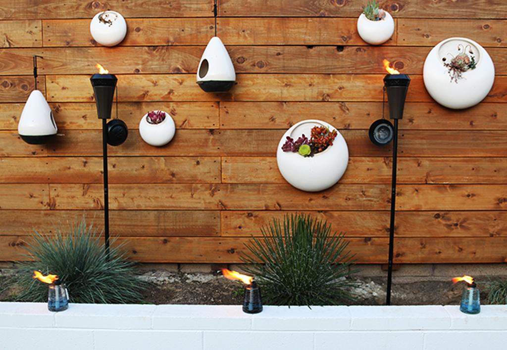 Crear antorchas de citronela con botellas de vidrio recicladas for Decoracion pared patio