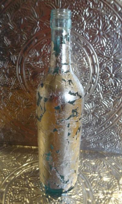 Botella de vino reciclada en papel plata