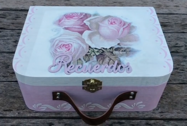 Caja de recuerdos decorada con decoupage