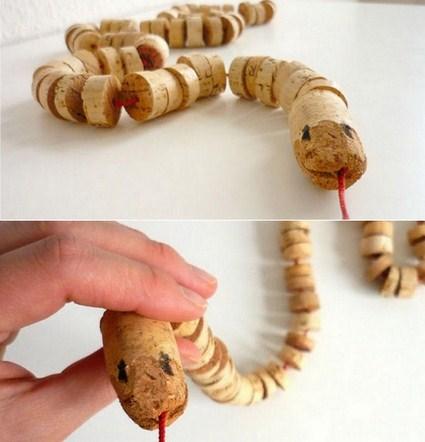 Reciclar corchos para hacer una serpiente de juguete